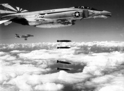 McDonnell_F-4Bs_dropping_bombs_1971